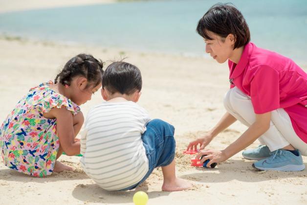 沖縄の海で浜遊び